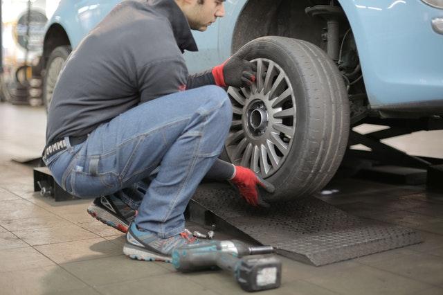 прицврстување, балансирање, центрирање на гуми
